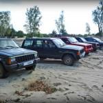 Jeepy XJ stojące w rzędzie