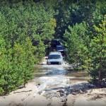 Jeep Cherokee brodzi w wodzie